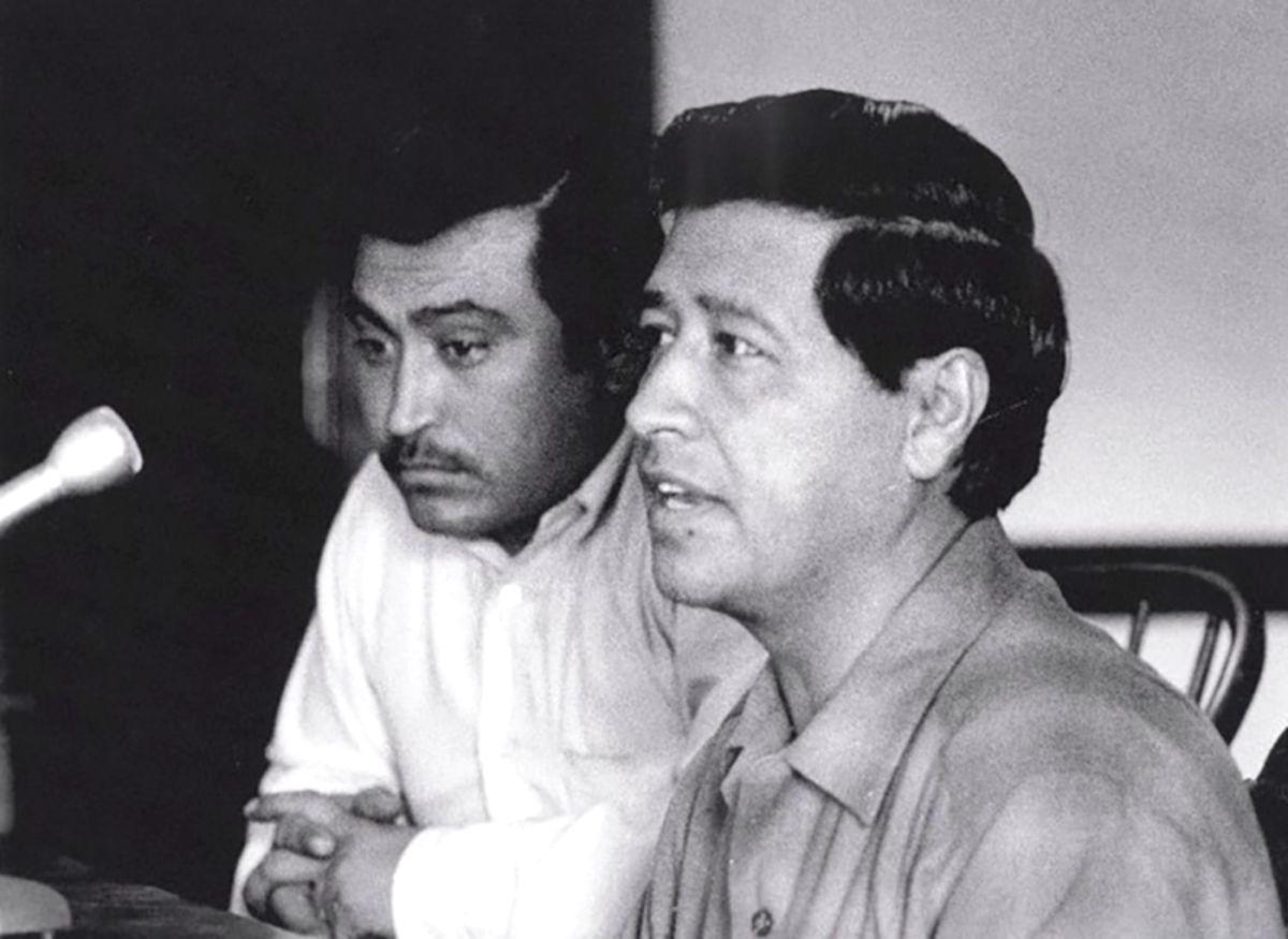 Marcos Muñoz (izq.) y César Chávez. (UC San Diego Library ( Farmworker Movement Documentation Project)