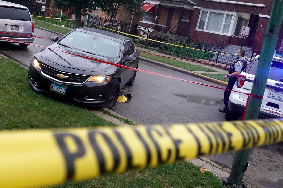 La policía investiga la escena de un tiroteo en Chicago.