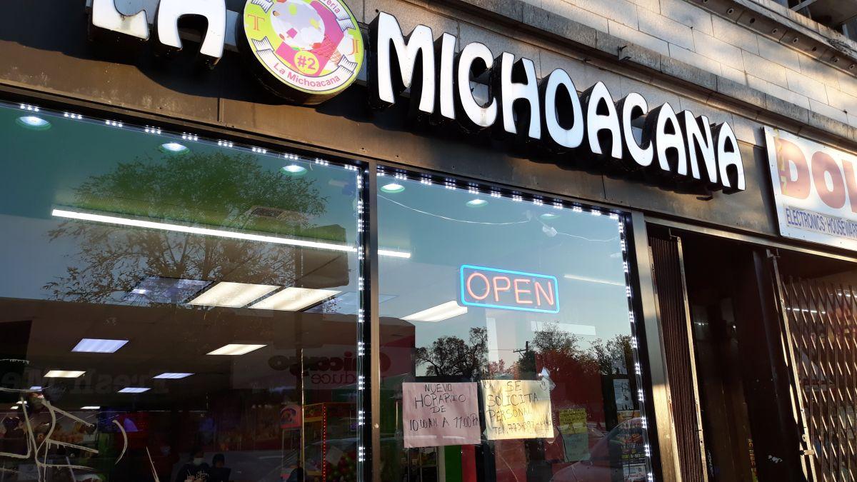 Anuncios que ofrecen empleo han aparecido en negocios de Chicago conforme se reabre la actividad económica. (Belhú Sanabria / La Raza)