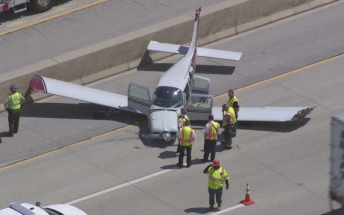 Una avioneta aterrizó de emergencia en la Interestatal 355 cerca de Lockport en Illinois. Foto captura WGN.