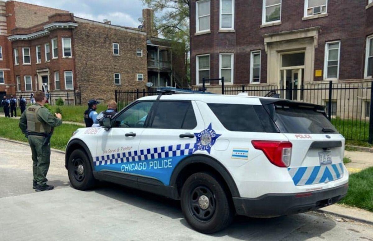 Hombre podría perder la mano tras explosición de juegos artificiales en el barrio de West Pullman en Chicago