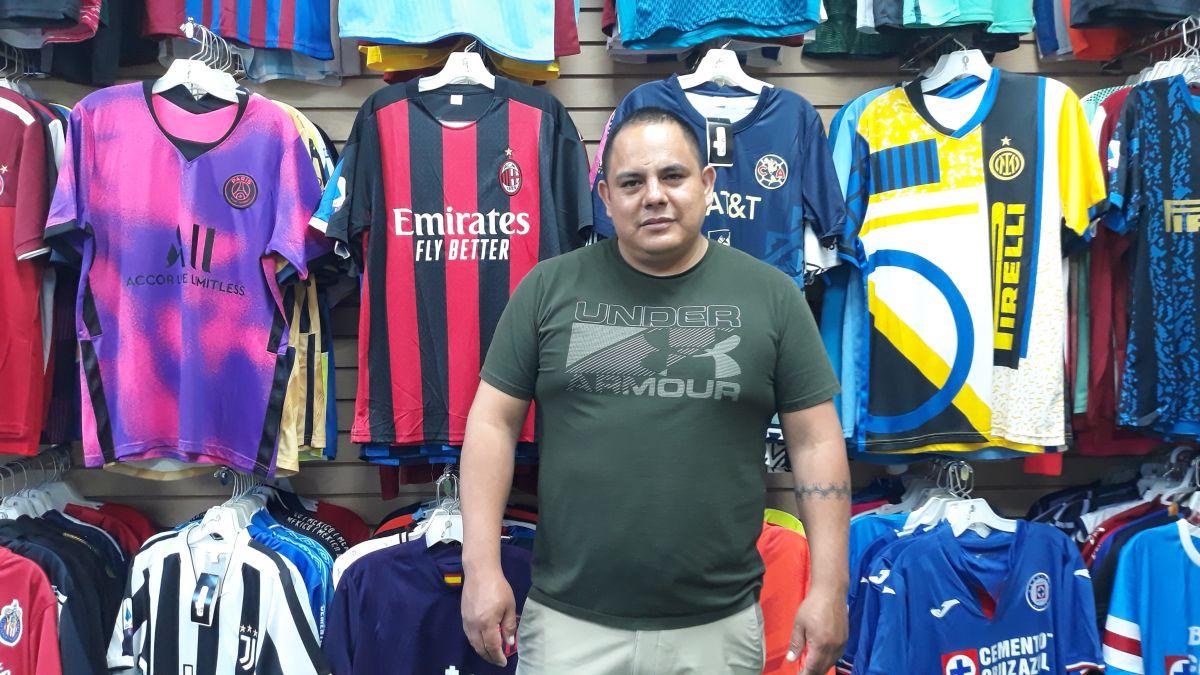 Nixón Urgiles, propietario de dos tiendas deportivas Only Sports Soccer en Humboldt Park y Albany Park en el noroeste de Chicago.  (Belhú Sanabria / La Raza)