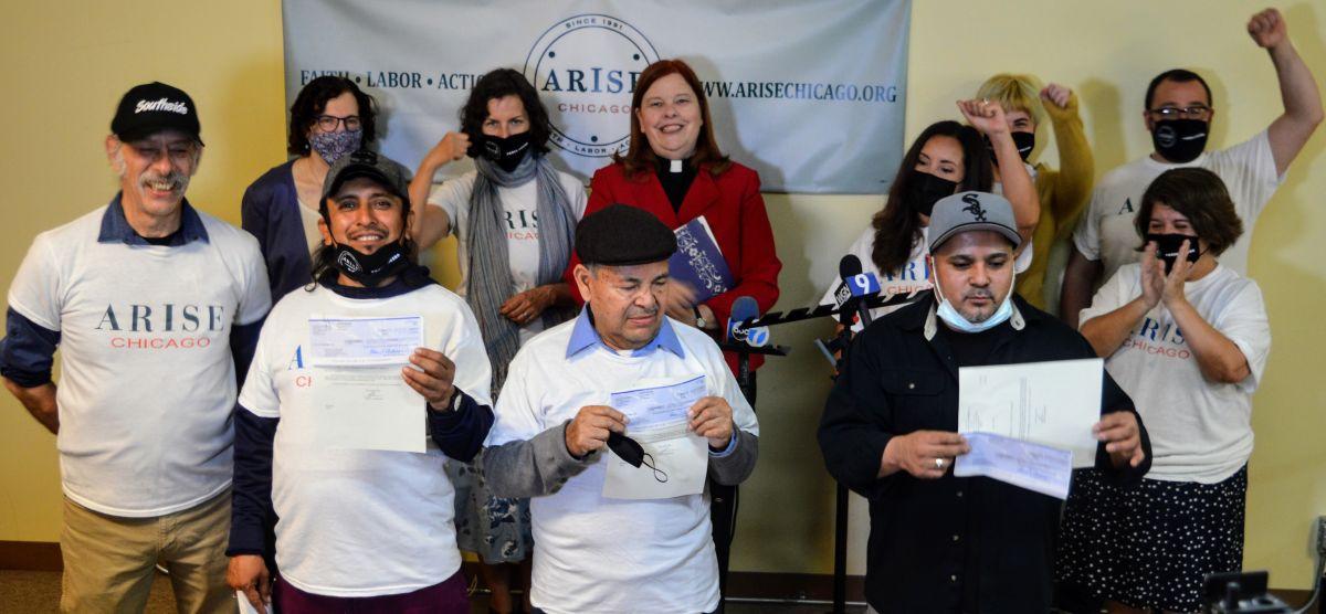 Trabajadores de un lavado de autos en La Villita celebran tras recuperar salarios adeudados por parte de su empleador. (Cortesía Shelly Ruzicka / Arise Chicago)