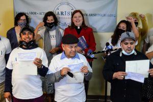 Trabajadores latinos de un lavado de autos en La Villita ganan $324,000 en demanda por robo de salario