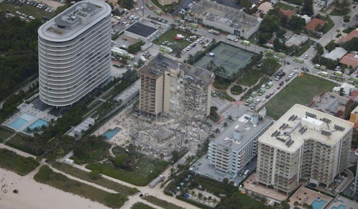 Un edificio de condominios de 12 pisos en la comunidad de Surfside se derrumbó alrededor de la 1:30 am.