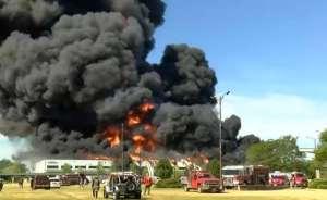 Evacuados y con mascarillas residentes de Rockton mientras socorristas buscan apagar incendio en planta química