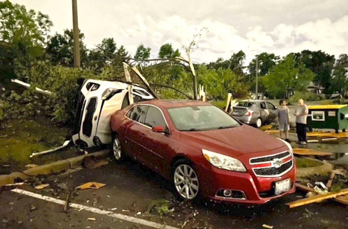 El tornado azotó partes de Naperville, Darien y Woodridge y causó daños en casas y vehículos. Foto Cortesía David O´Sullivan