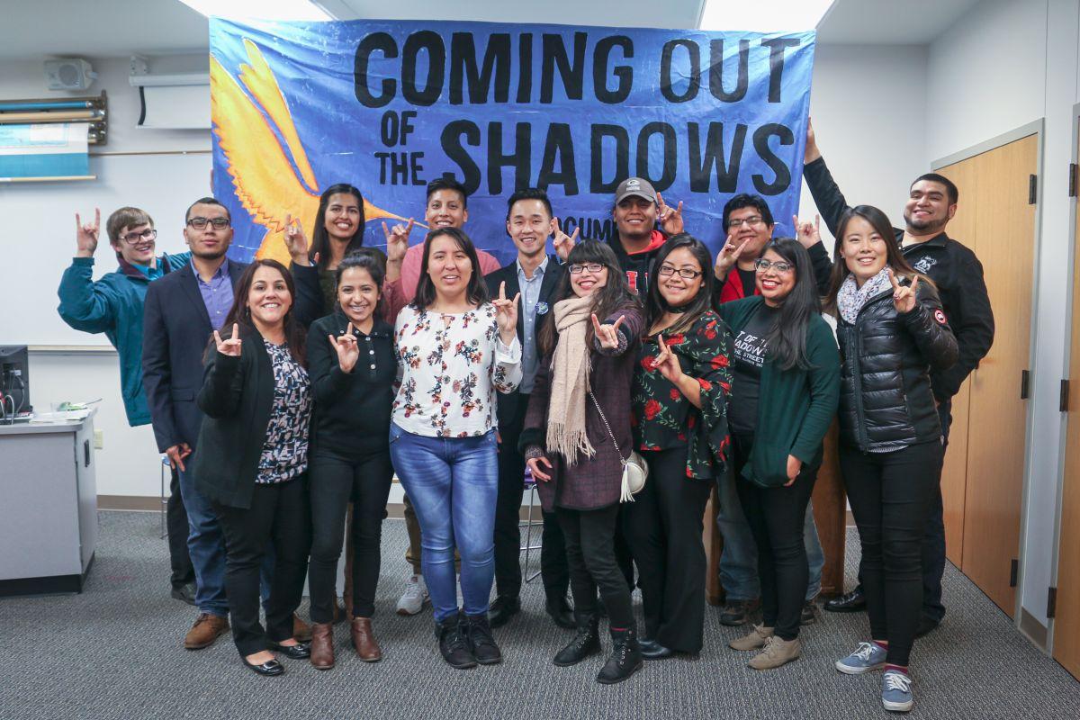 La primera a la izquierda Sandy López (primera abajo a la izq.), coordinadora de apoyo para estudiantes indocumentados en la Universidad Northern Illinois, junto a estudiantes de DREAM Action NIU de esa universidad. (Cortesía NIU)