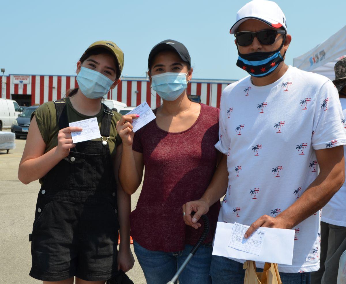 Familias acudieron a vacunarse contra el covid-19 en un centro instalado por autoridades de la ciudad y organizaciones locales en el mercado Swap-0-Rama en el Barrio de las Empacadoras de Chicago. (Belhú Sanabria / La Raza)