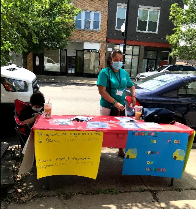 Promotores de vivienda de la Asociación de Vecinos de Logan Square brindando información a inquilinos en medio de la pandemia del coronavirus. (Cortesía LSNA)