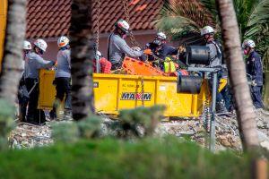 Rescatista descubre a su propia hija entre los escombros de edificio derrumbado en Miami-Dade