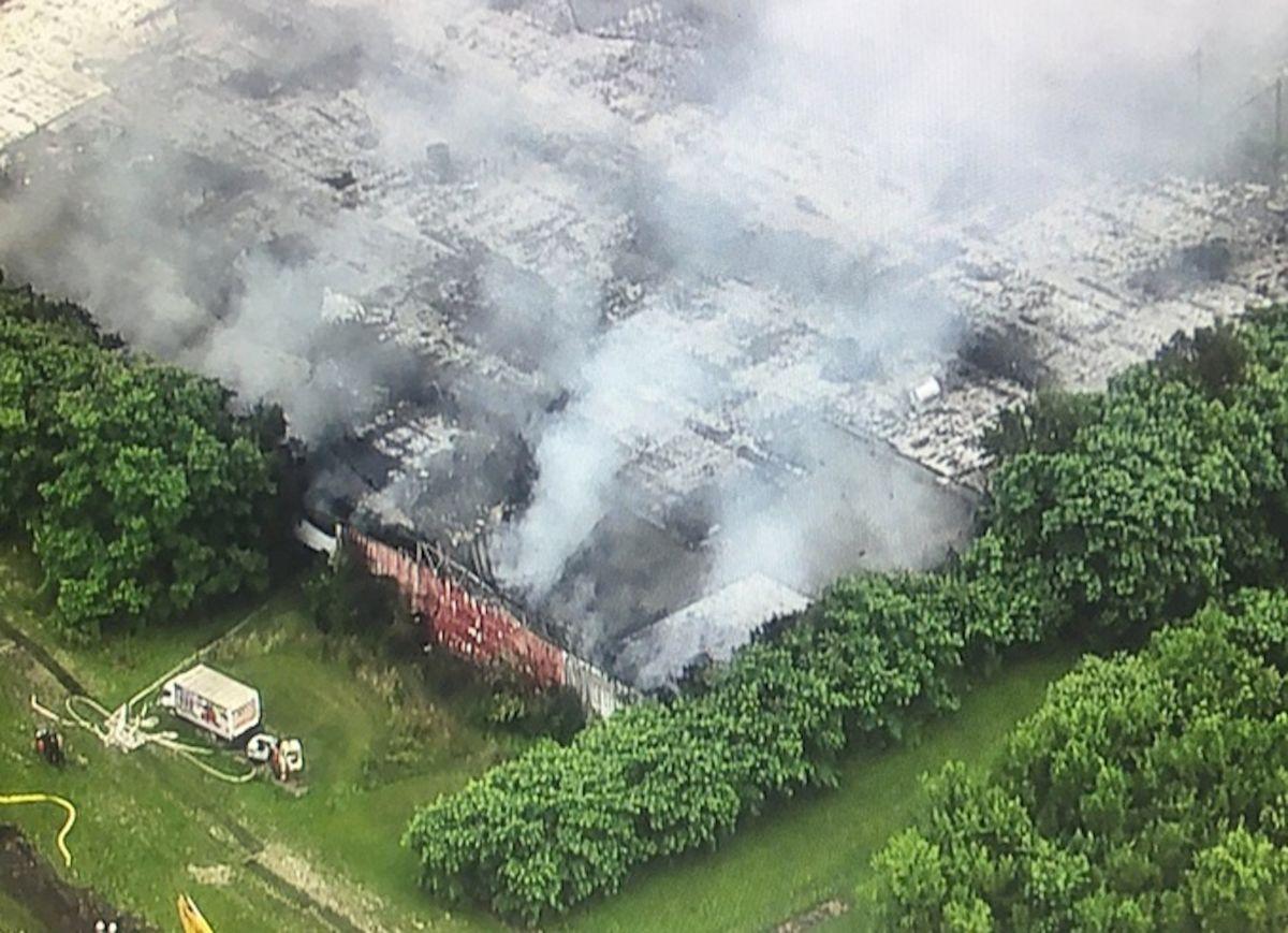 El incendio que comenzó en Morris alrededor del mediodía del martes llevó a los funcionarios de la ciudad a ordenar evacuaciones a al menos 4,000 personas. Foto captura Fox 32 Chicago