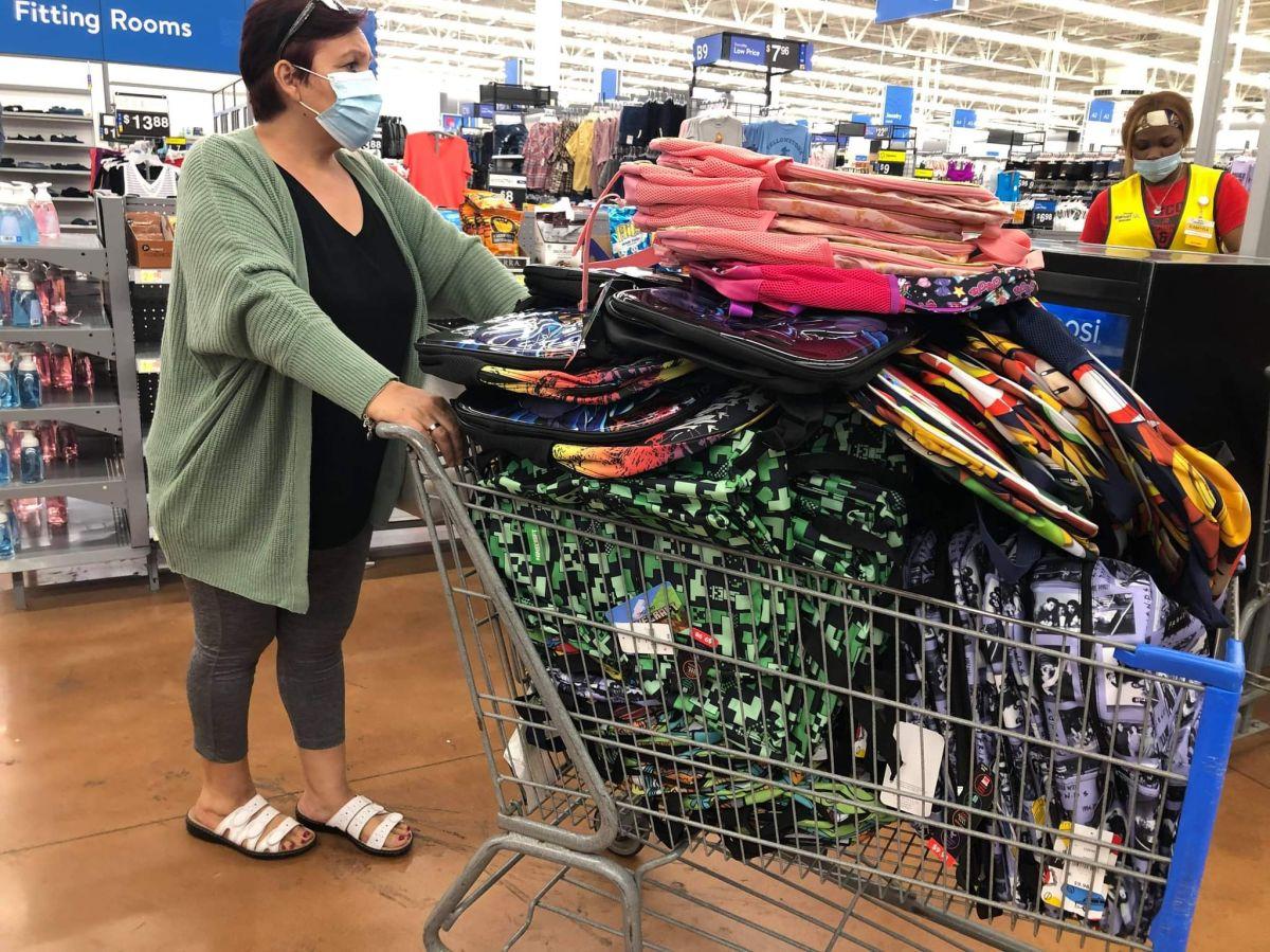 Paisanos colectan mochilas y útiles escolares en Chicago para enviarlos a niños que perdieron a sus padres debido al coronavirus en México
