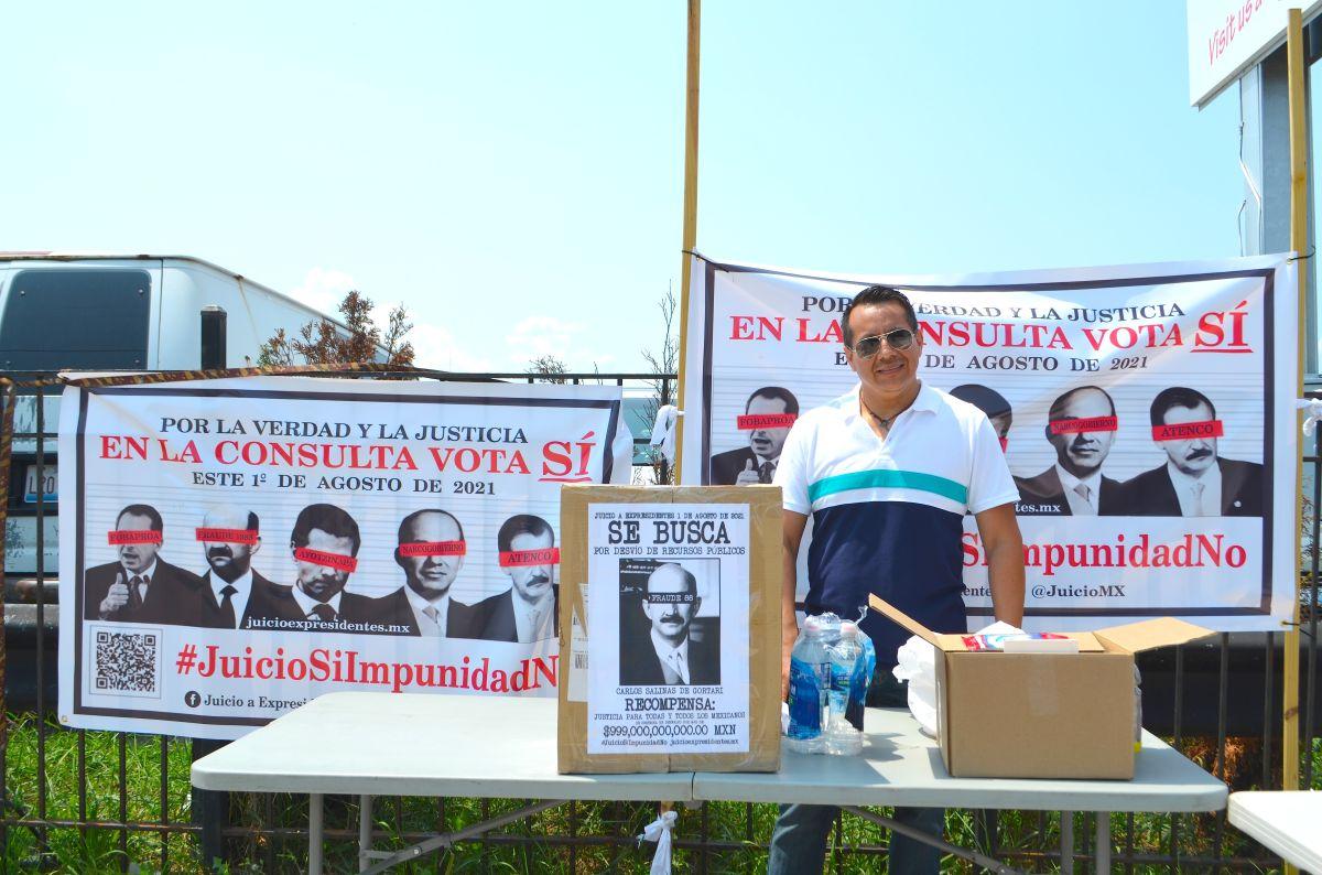 El mexicano Pedro Ortega, afuera del mercado de pulgas Swap-O-Rama, anima a sus connacionales establecidos en Chicago a que participen de las votaciones simbólicas de la consulta popular sobre el posible enjuiciamiento de expresidentes de México. (Belhú Sanabria / La Raza)
