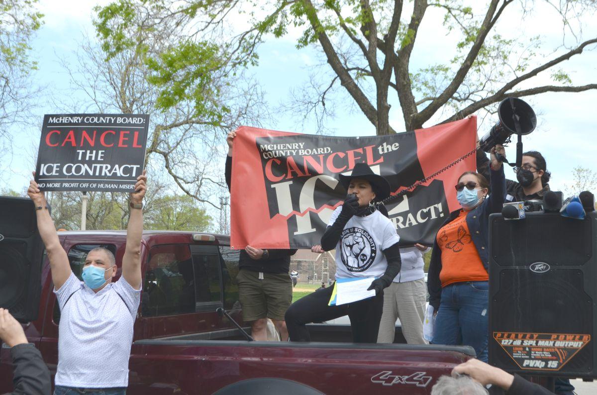 Activistas piden que se cancele el contrato que la cárcel del Condado de McHenry tiene con la Poliía de Inmigración y Aduanas (ICE). (Cortesía Coalición para Cancelar el Contrato con ICE en el Condado de McHenry)