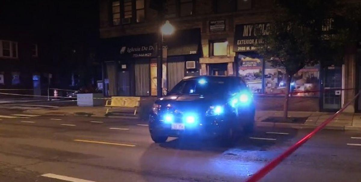 Dos menores que viajaban en un vehículo son baleados en Albany Park. Foto Captura CBS 2
