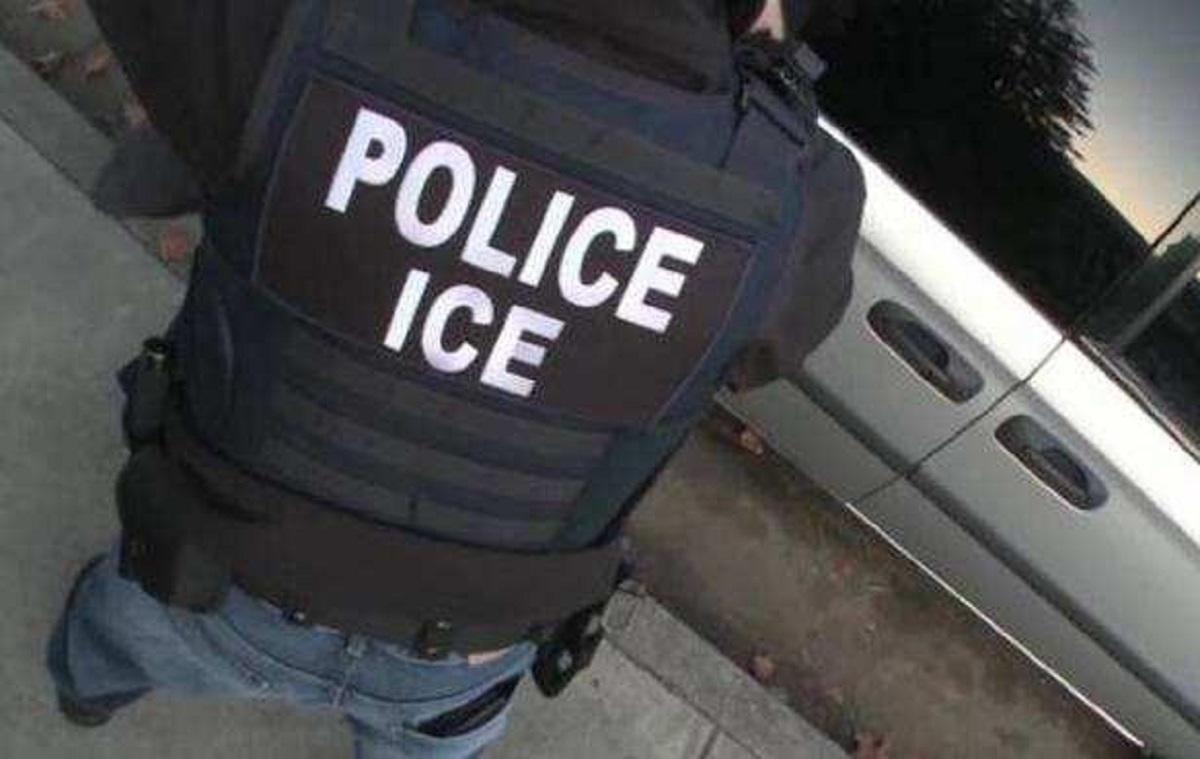 Oficial del Servicio de Inmigración y Aduanas (ICE).