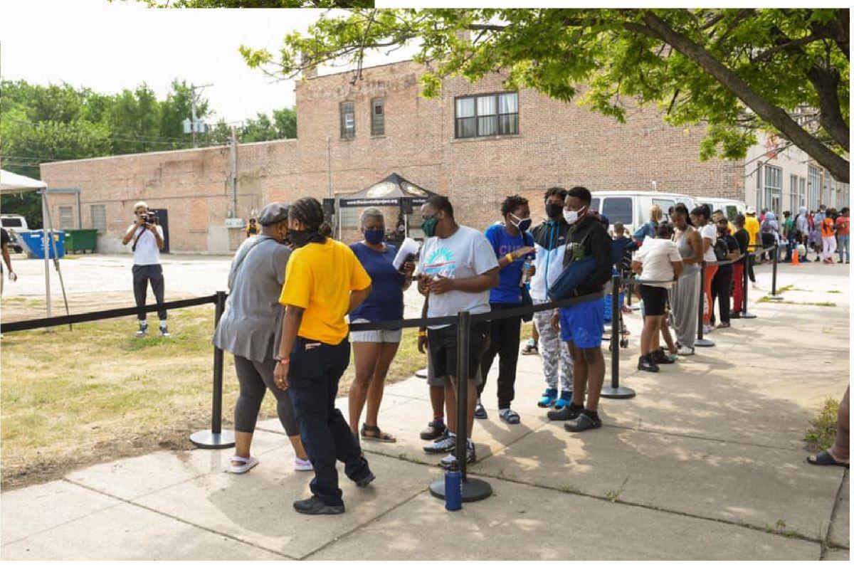 Las tácticas que ambos grupos ofrecen para alcanzar a estos jóvenes son asesoramiento y tutoría.