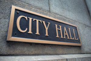 Manifestantes se oponen a mandato de vacunación de la alcaldesa Lori Lightfoot