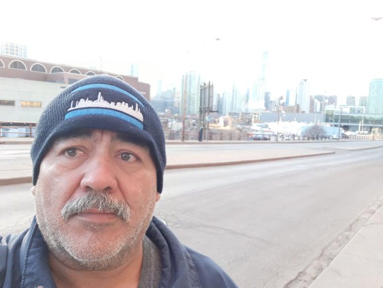 Roma Díaz trabaja en un restaurante de Chicago en medio de la pandemia de covid-19 y es también director de teatro. (Cortesía Roma Díaz)