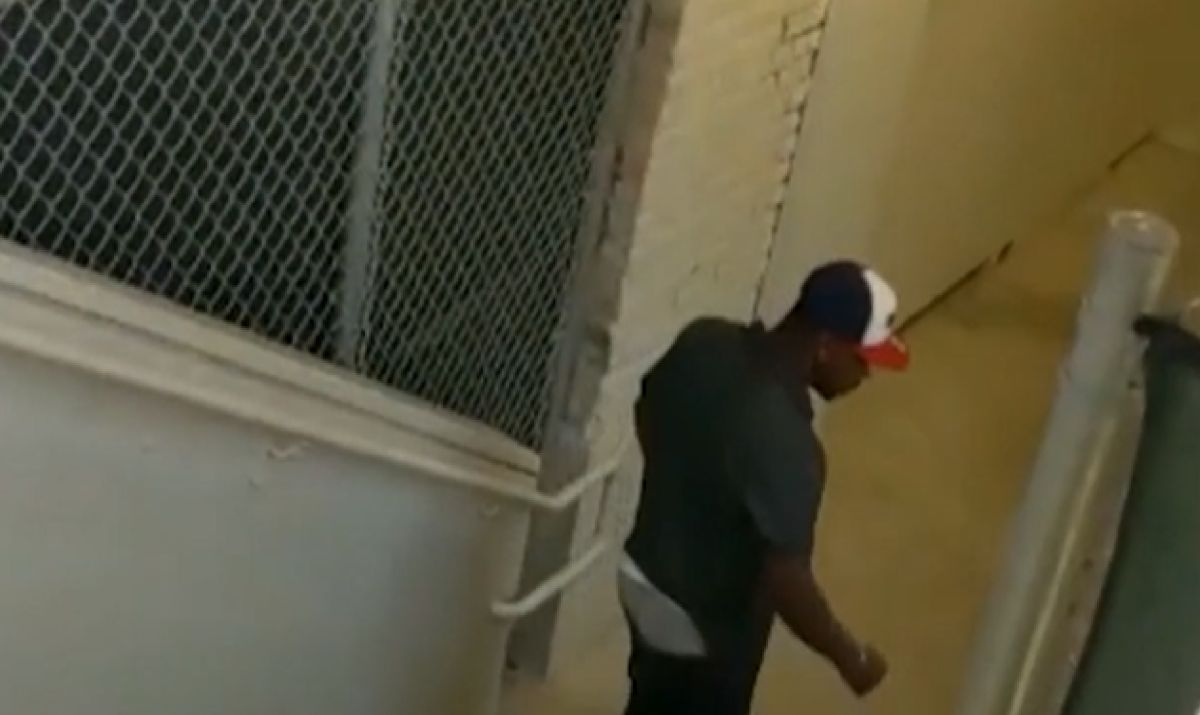 La policía busca a hombre que agredió a un pasajero de la CTA y cree que su ataque se trató de un crimen de odio. Foto captura Fox 32 Chicago