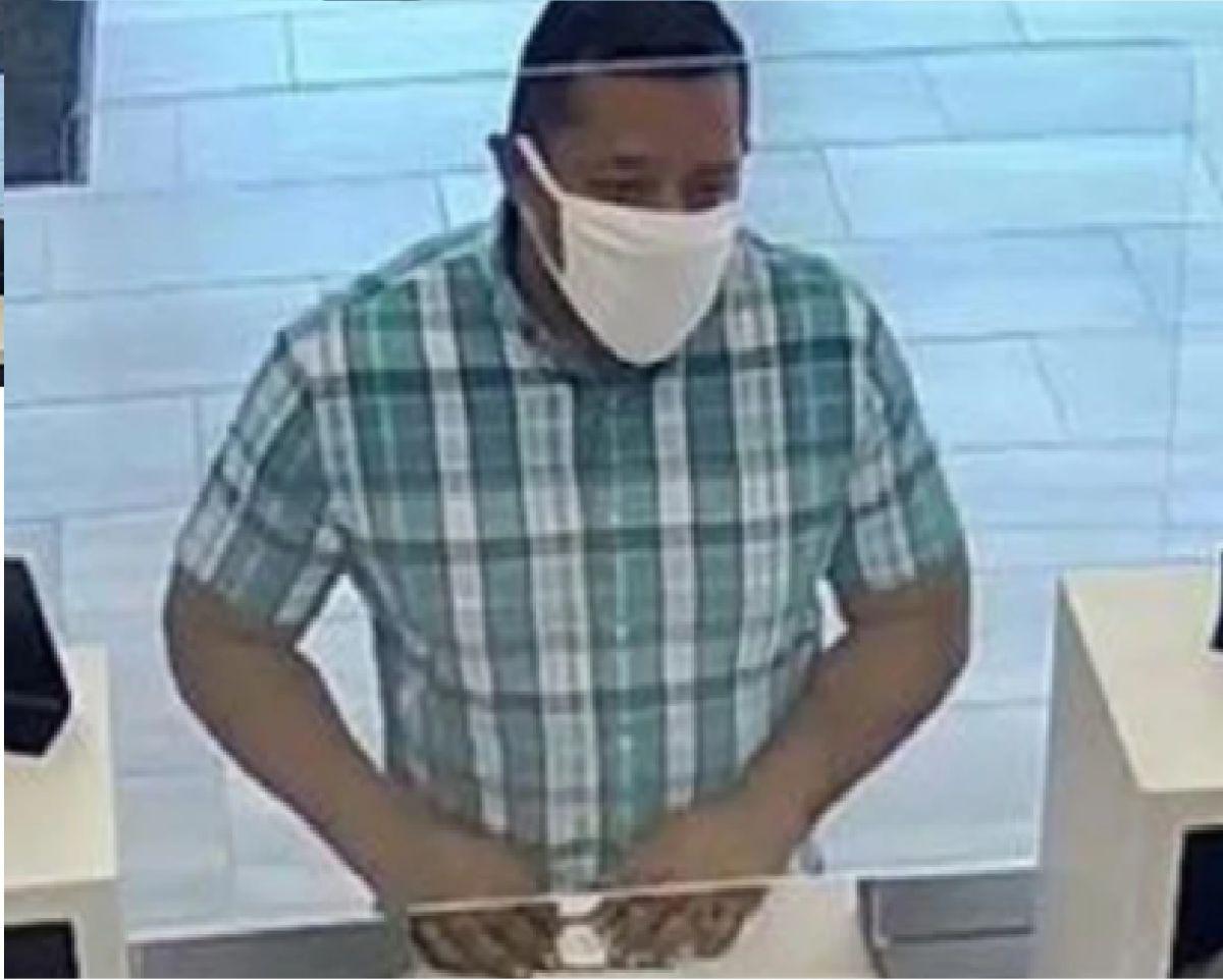 El FBI ha publicado imágenes de vigilancia del ladrón que usa una bicicleta después de realizar su fechoría. Foto captura CBS 2