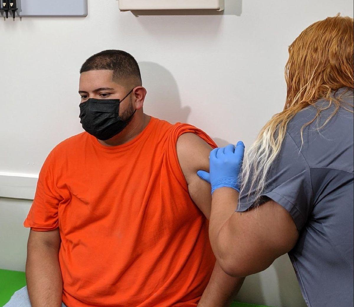 En Esperanza Health Centers además de administrar la dosis de refuerzo de la vacuna de Pfizer también continúan inoculando contra el covid-19 a la gente no vacunada. (Cortesía Esperanza Health Centers)