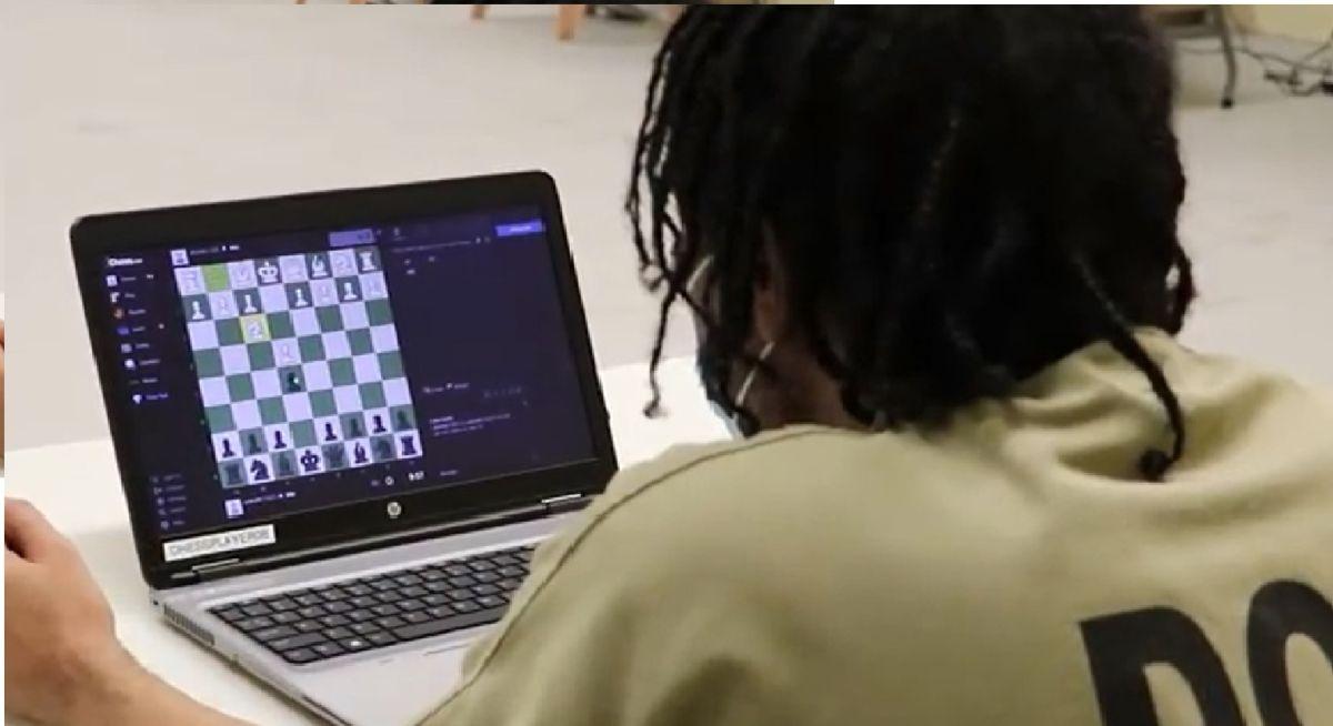 Los presos de la cárcel del Condado de Cook participan en la competencia de ajedrez en línea. Foto Oficina del Alguacil del Condado de Cook