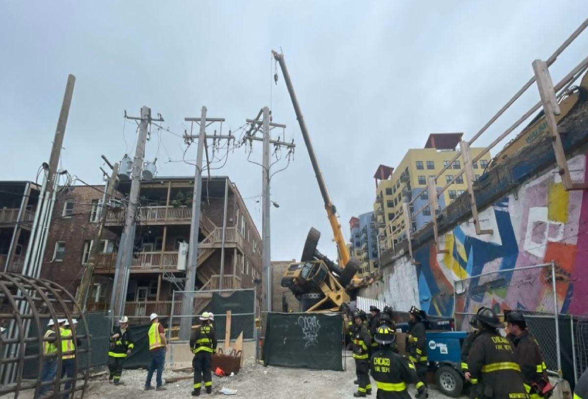 El Departamento de Bomberos de Chicago dijo que una grúa de construcción se volcó mientras estaba en uso. Foto captura Chicago Fire Media